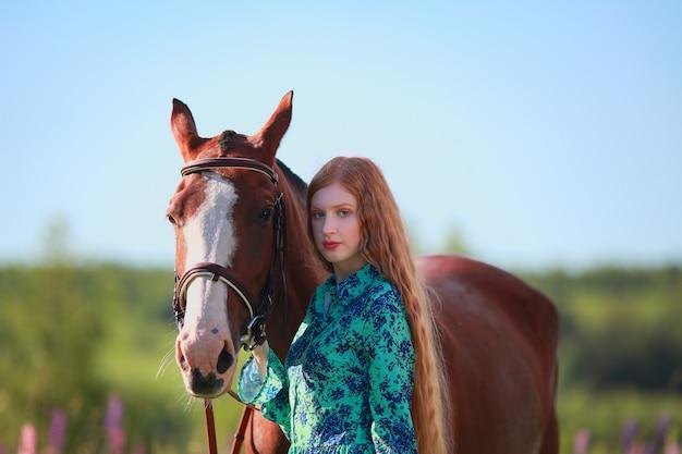 Женщина и лошадь вместе в загоне Premium Фотографии