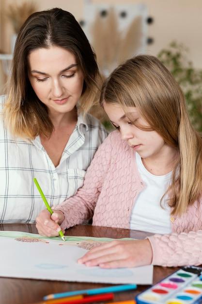 Женщина и ребенок рисуют вместе крупным планом Бесплатные Фотографии