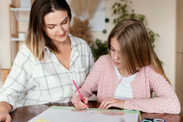 Женщина и ребенок рисуют вместе Бесплатные Фотографии