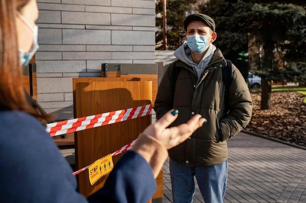 여자와 남자 거리 입고 마스크 무료 사진