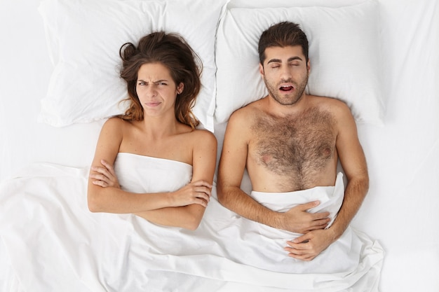 女と男のベッドの上に座ってビュー 無料写真