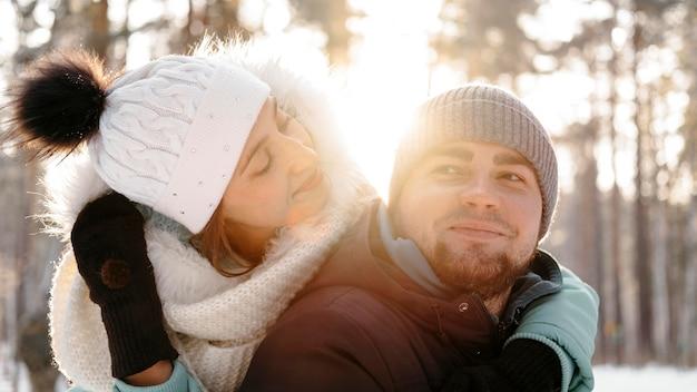 冬の屋外で女性と男性が一緒に 無料写真