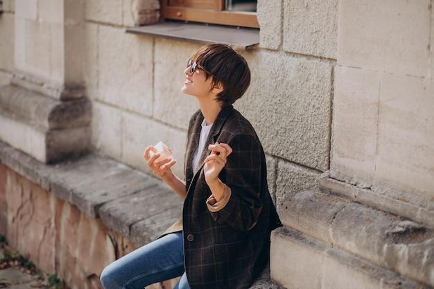 首に香りをつける女性 無料写真