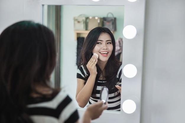 일부 메이크업 파우더를 적용하는 여자 프리미엄 사진