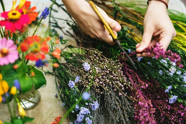 Woman arranging and decorating flowers Premium Photo