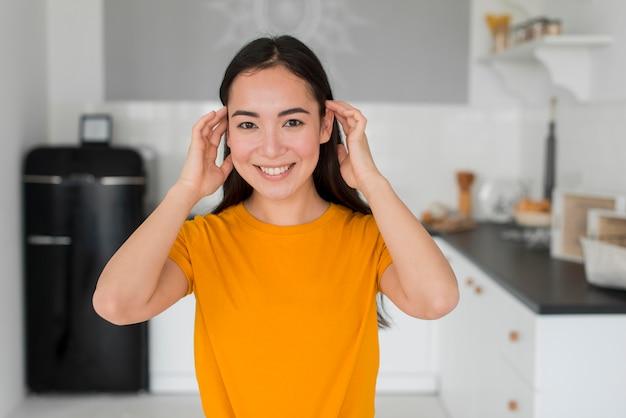 彼女の髪をアレンジする女性 無料写真