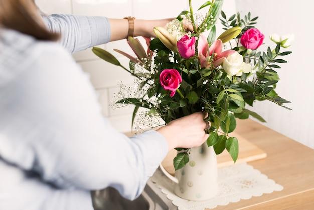 花瓶に様々な花をアレンジする女性 無料写真
