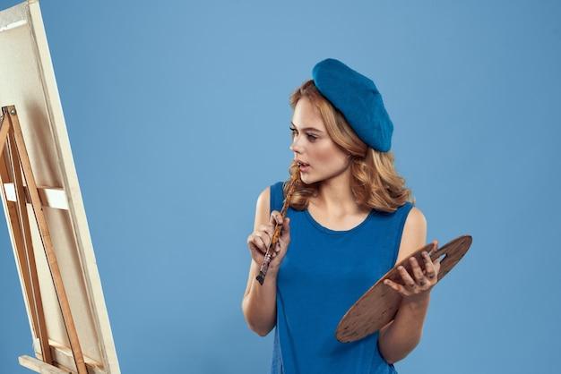 Художник-женщина с беретом, держащим палитру для рисования Premium Фотографии