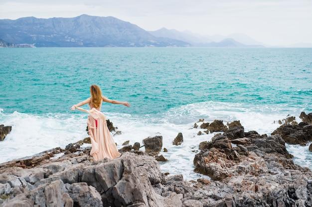 Женщина на побережье будвы Premium Фотографии