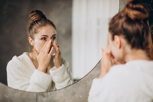 クリームマスクを適用して自宅で女性 無料写真