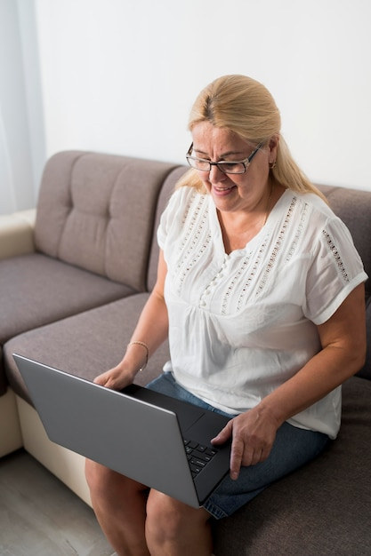 Женщина дома в карантине разговаривает по видеосвязи с родственниками Бесплатные Фотографии
