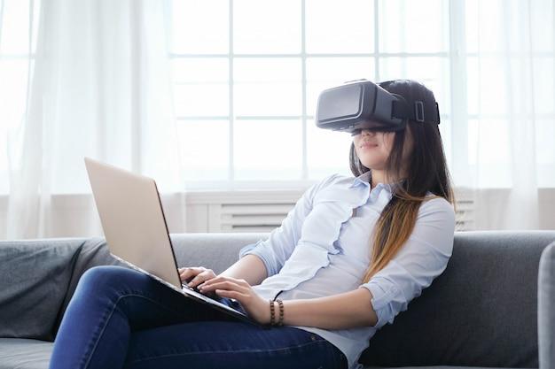Женщина дома с ноутбуком Бесплатные Фотографии