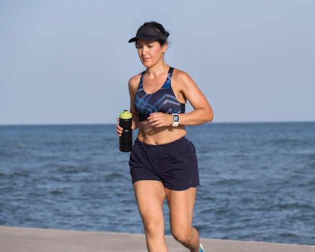 Женщина на берегу моря работает Бесплатные Фотографии