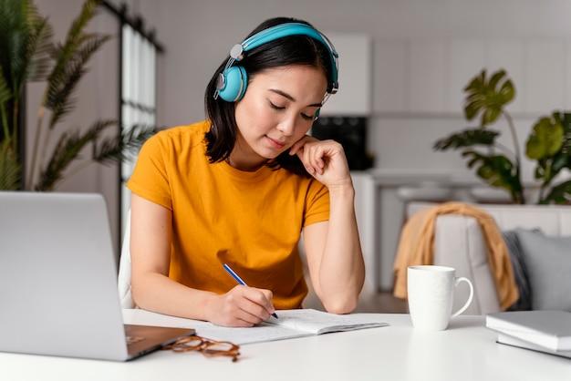 온라인 수업에 참석하는 여자 무료 사진