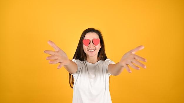 Женщина, ослепленная любовью на желтом Premium Фотографии