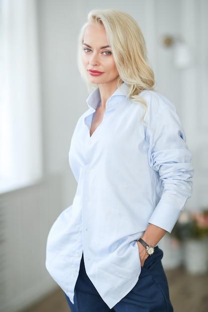 Donna in camicia blu Foto Gratuite