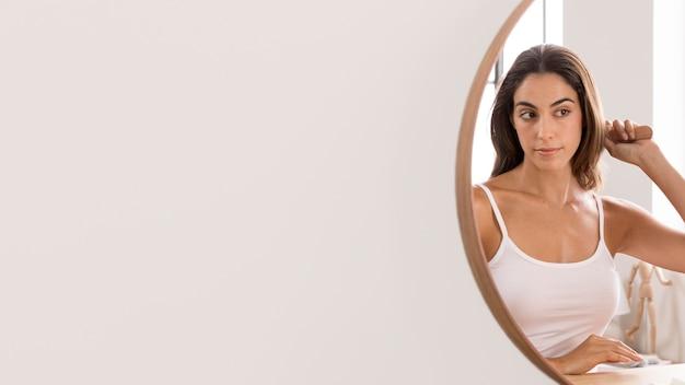 Женщина, чистящая волосы копией пространства Premium Фотографии