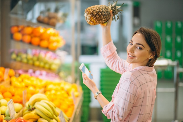 Woman buying at grocery store Free Photo
