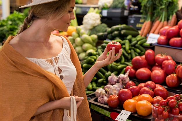 市場から天然物を買う女 無料写真