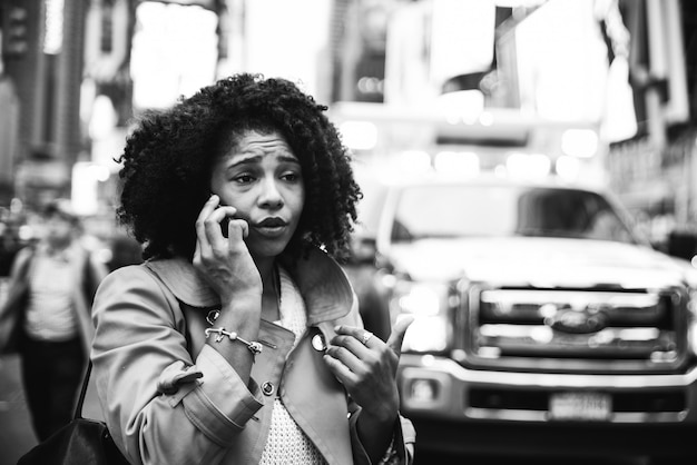 Woman calling 911. american woman looking for emergency after car crash in manhattan Premium Photo