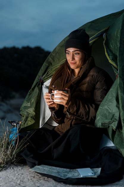Donna in campeggio nella notte Foto Gratuite