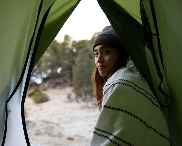Donna in campeggio nel bosco Foto Gratuite