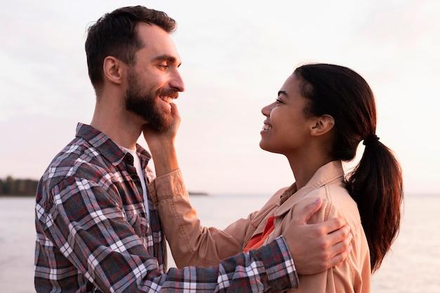 彼氏の頬を愛撫する女 無料写真