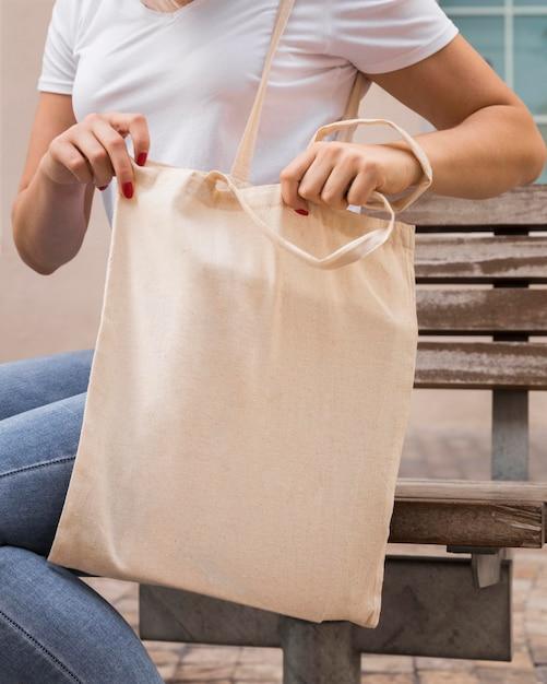 Donna che porta un colpo medio di borsa in tessuto Foto Gratuite