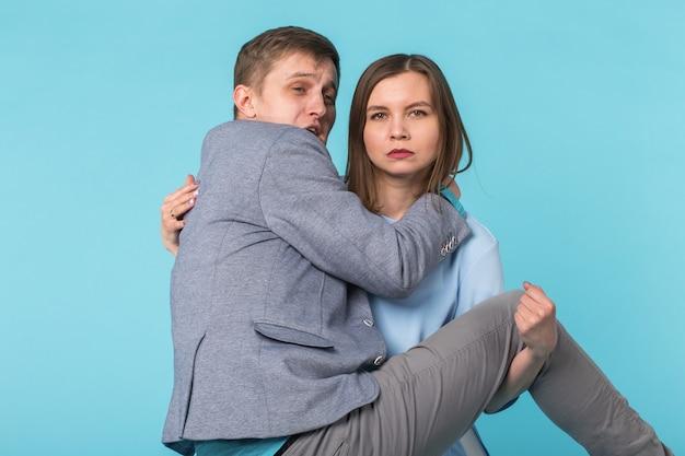 彼女の腕に男を運ぶ女性 Premium写真