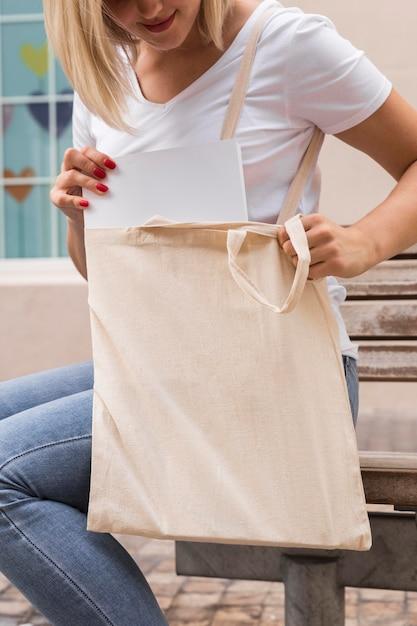 Donna che porta una borsa della spesa Foto Gratuite