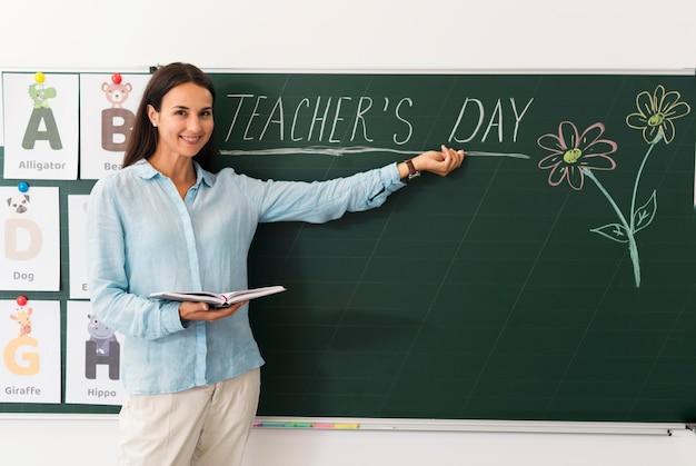 Женщина празднует день учителя со своими учениками Бесплатные Фотографии