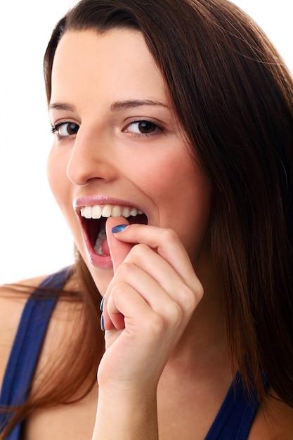 그녀의 이빨을 확인하는 여자 무료 사진