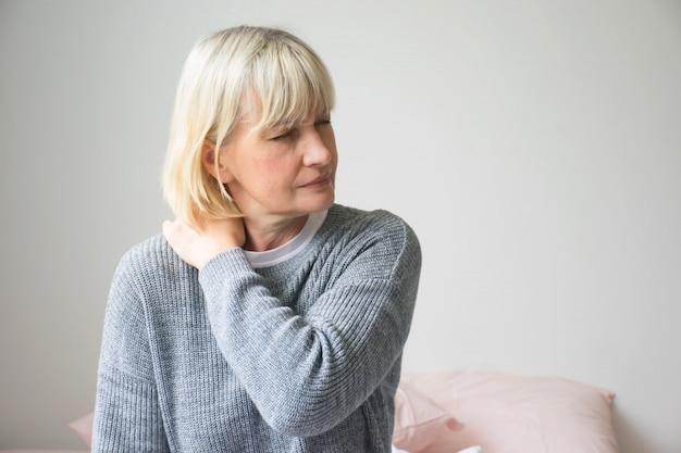 朝の女性の胸の痛み。 Premium写真