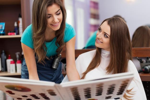 染毛剤に色を選ぶ女性 無料写真