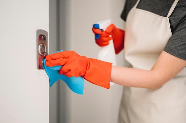 Кнопки лифта чистки женщины Premium Фотографии