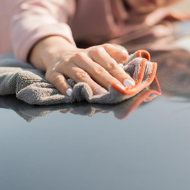 Женщина чистит свою машину тряпкой Бесплатные Фотографии