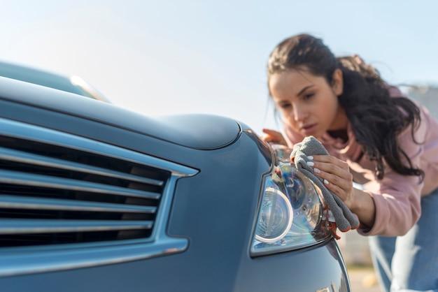 Женщина убирает переднюю часть машины Бесплатные Фотографии