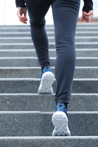 階段を上る女性。 無料写真
