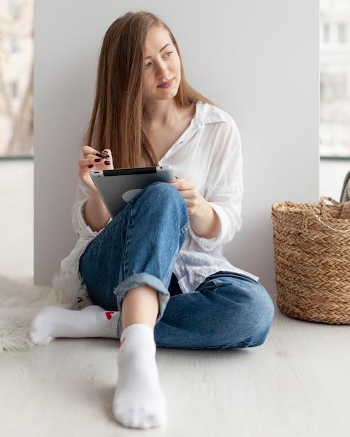 Женщина придумывает новые идеи для блога в помещении Бесплатные Фотографии