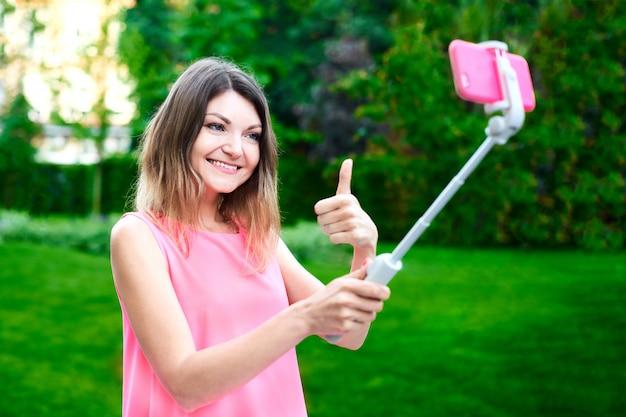 Женщина поздравляет коллегу по мобильному телефону и отправляет счастливое видео сообщение Premium Фотографии