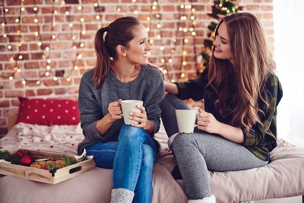 Женщина утешает и поддерживает своего друга Бесплатные Фотографии