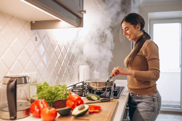 부엌에서 요리하는 여자 무료 사진