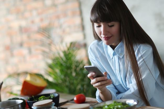 キッチンで料理をしている女性 無料写真