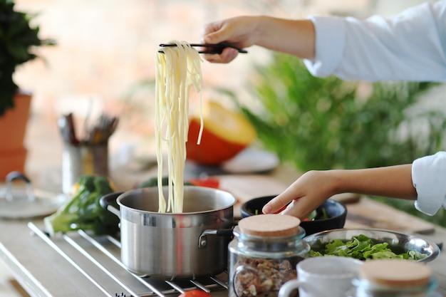 Женщина готовит на кухне Бесплатные Фотографии