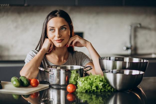 Donna che cucina il pranzo a casa Foto Gratuite