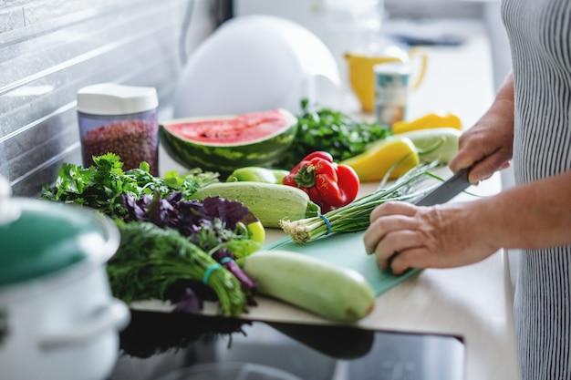 부엌에서 야채를 요리하는 여자. 무료 사진