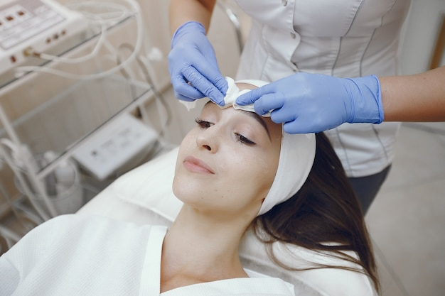 Woman in cosmetology studio on a procedures Free Photo