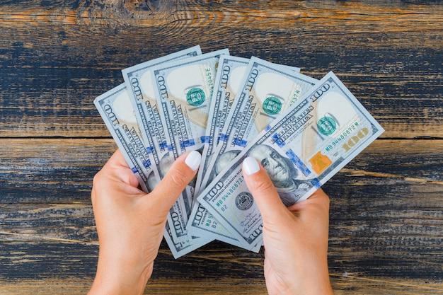 Donna che conta soldi Foto Gratuite