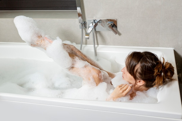 Giochi Di Fare Il Bagno Nella Vasca.Foto Gratis Donna Coperta Di Schiuma Nella Vasca Da Bagno