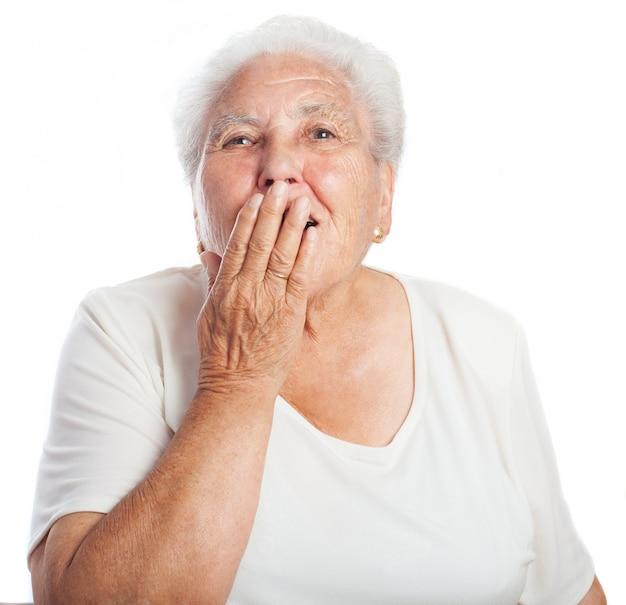 La donna che copre la bocca mentre sbadiglia Foto Gratuite